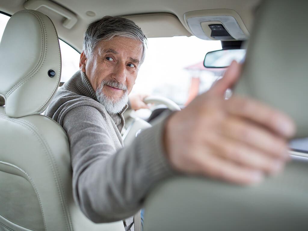 Erfahrene Fahrzeuglenker können ihr Wissen über Verkehrsregeln einfach mit routinier24 auffrischen.